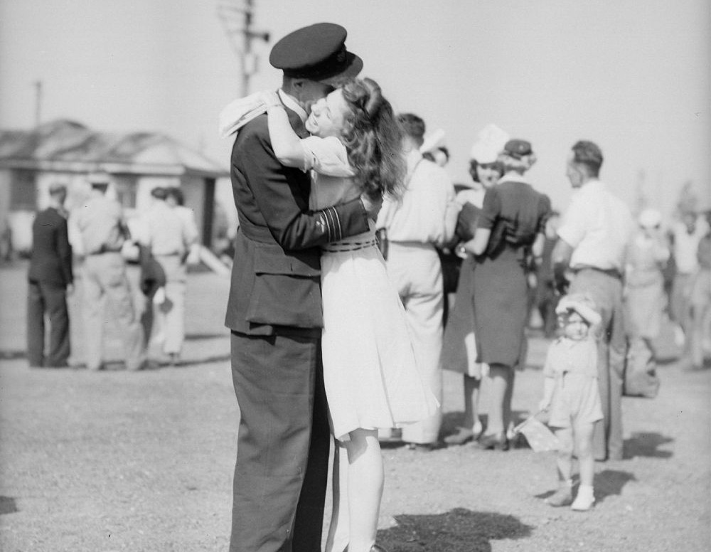 Airman embraces his girlfriend, Brisbane, 1946